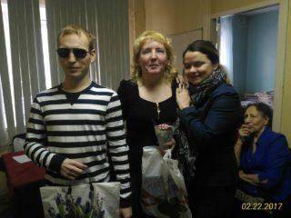 Ксения Осокина вручает призы Николаю Кривенко и Юлии Рыжовой.