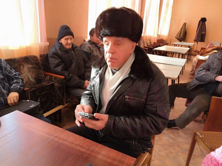 Михаил Утиркин с телефоном.