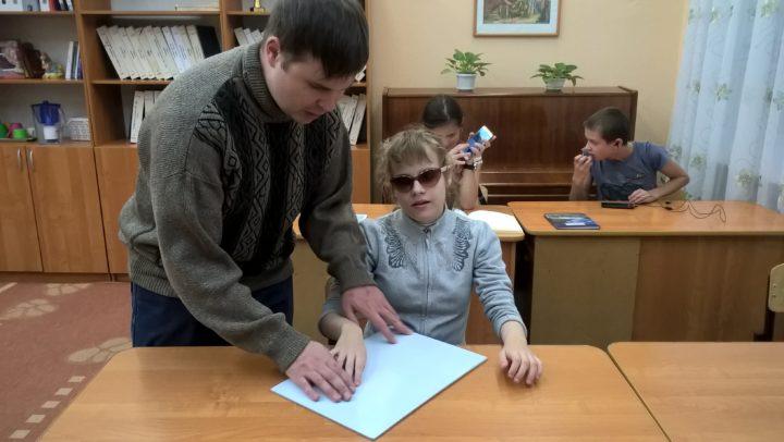 Владимирских школьников обучают пользоваться смартфоном, не глядя на экран.