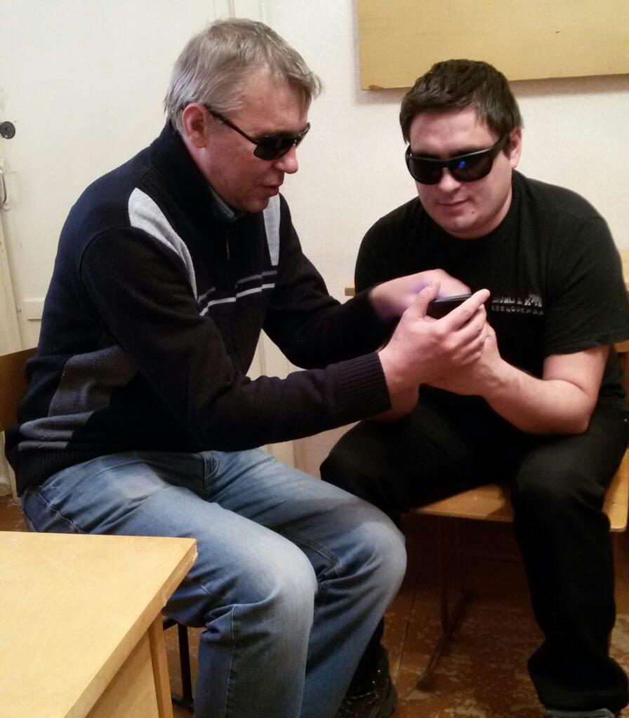 В регионах России незрячих обучают пользоваться смартфонами.