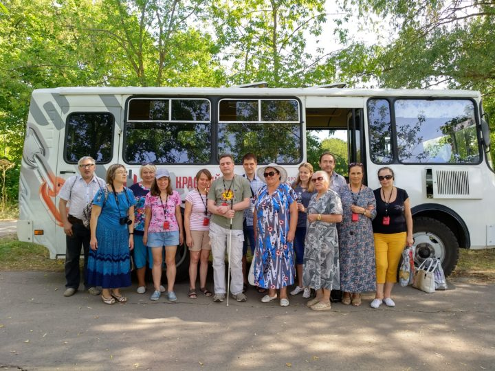 Общее фото на фоне автобуса.