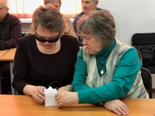 Визит в Кумертау. Участники смотрят 3d-модель Дмитриевской башни Нижегородского кремля.