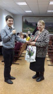 Вячеслав Царегородцев вручает приз Валентине Лапиной.