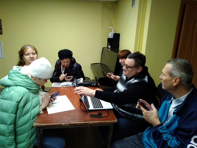 В Георгиевске и Пятигорске учат пользоваться смартфоном, не глядя на экран.